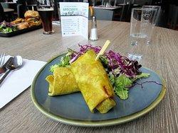 Le Wrap Végé Thaï (tofu mariné, edamames, avocat) servi avec une salade verte