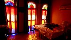房間簡陋,但很有心思,我指玻璃窗,你不用去粉紅清真寺了,自己房間都很美