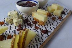 Tabla de selección de quesos de Grazalema, Menorca D.O. Mahón y D.O. Manchego con mermeladas de autor y miel de romero