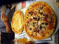 2 super lekkere en grote pizza's + 2 grote biertjes = 20 €