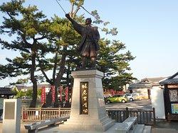 松江城は亀田山と言う低い山に建つ平山城で、1611年に堀尾忠氏が築城しました。当初は月山富田城を居城としたが、地理的に領内支配に向いてないことから松江城を建ててます。