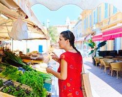 Marché du cours Saleya dans le Vieux Nice avec Karine.