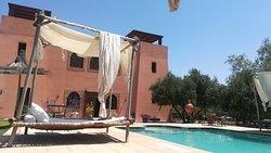 Côté piscine et les lits de piscine très sympa