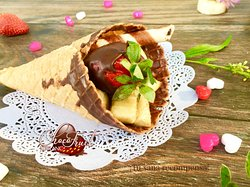 Delicias Fruit Cone with banana, apple, strawberries and chocolate