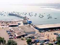 Tambien podemos apreciar el puerto de pescadores artesanales, las cevicherías y el mercado de pescados y mariscos