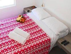 Cómodos estudios completamente equipados con cocina y baño privado.