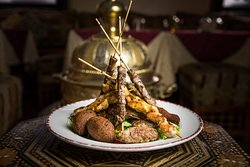 Gran visir con carne: un ricco piatto con carne mista, speziata alla griglia. Ideale come piatto unico.