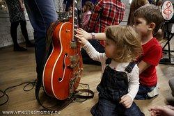 После концерта дети знакомятся с инструментами