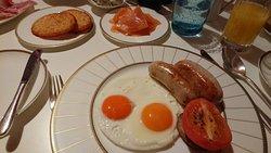 朝食と MEI UME での食事です。 朝食にはロンドンでは珍しい和朝食も選べます。