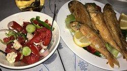 Marinero Taverna место куда хочется приходить. Вкуснейшие блюда. Свежайшая морская рыба, осьминоги, креветки и кальмары. Приветливый и добрый хозяин Nikolas.