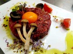 tartare di manzo con funghetti, olive nere e pomodori cherry