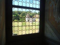 Vue de l'intérieur vers le porche d'entrée et l'esplanade