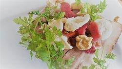 Pancetta, rhubarbe confite et croustillants de lard