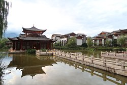 池に浮かぶティーハウスと宿泊棟