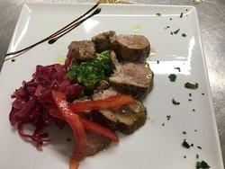 Filetto di maialino con cipolla di Tropea caramellata e broccolo ripassato