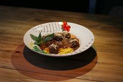 «Паста с фрикадельками» 340Р  Классические мясные фрикадельки, приготовленные в томатном соусе с базиликом, чесноком и сельдереем.  Паста ручной работы!
