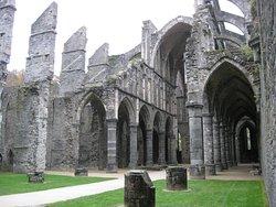 Veduta della suggestiva abbazia di Villers