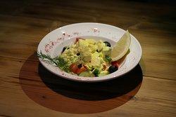 «Салат с тёплым лососем» 300Р  Ломтики лосося, томлёные в сливочно-горчичном соусе, подаются с салатом, маслинами, паприкой, свежим огурцом, томатами Черри.
