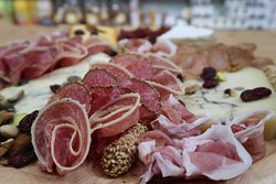 Ποικιλία αλλαντικών και τυριών - Platter of cold cuts, nuts and whole-grain breadsticks