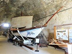 Ханья. Точная копия минойского судна представлена в филиале Морского музея.