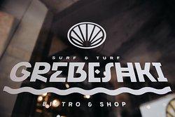 GREBESHKI BISTRO&SHOP Пространство ресторана  состоит из нескольких зон с возможностью их объединения.  Для гостей заведения будет работать  магазин морепродуктов, ресторан с концепцией подачи блюд «surf & turf», бар, приватный зал с каминами, а также ивент холл - место для различного рода событий и мероприятий.  Стоит отметить, что рыбу, морских ежей, мидий и прочих обитателей Баренцева моря в ресторан поставляют из рыбацкого села Териберка Мурманской области вместе с морской водой.