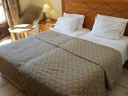 החדר במלון (412)