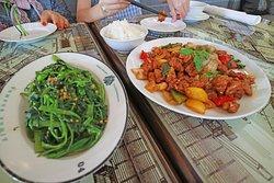 Wok fried farm chicken 스팀 라이스, 모닝글로리