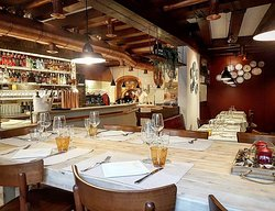 Sala al piano terra, bar, forno della pizza