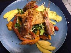 Salade thaïe aux gambas: crudités, ananas, mangue, vinaigrette épicée et son beignet de fleur de courgette