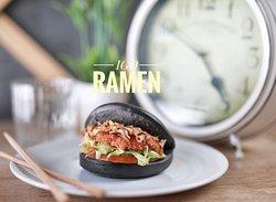 Crujiente bao,bao negro sabor a bambú. Un bao muy especial,con pechuga de pollo rebozado y cebolla crujiente muy deliciosa y salsa de la casa