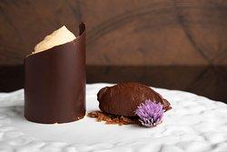 PROFUMO — Mousse al burro di arachidi, gelato al cioccolato fondente 80%, terra e profumo di zenzero.
