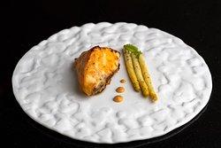 CARBONARO — Black cod d'Alaska al miso e asparagi bianchi in salsa di menta.
