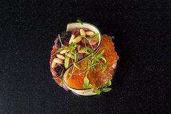 CEVICHE DI RICCIOLA — Salsa ceviche giapponese e insalata di gamberi rossi di Sicilia.