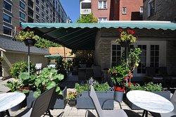 Swiss Hotel Ottawa, Mediterranean style backyard garden / patio
