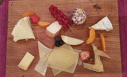 Misto di formaggi del posto con frutta