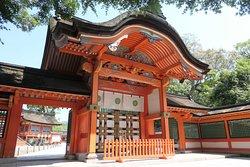 1740年(元文5年)に建立された桃山風の華麗な四脚向唐門。鮮やかな色彩、細やかな彫刻の美しい建造物です。門の中央には菊の御紋が見られます。