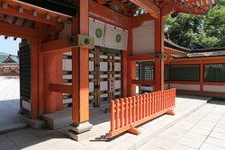 中央の扉は勅使が来た時のみ開く勅使門ですね。