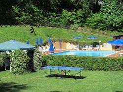 ampia piscina (8x18 m) con solarium attrezzato