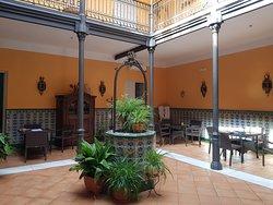 Patio interior para tomar algo rodeado de mesas que se pueden juntar. Precioso, parece un patio andaluz