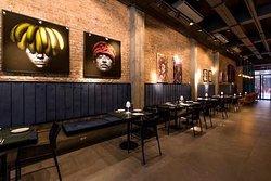 Ambiente interno do Frê decorado com obras de arte