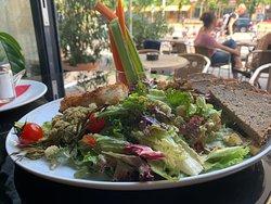 Unser Fitnessteller mit knusprigem Kabeljaufilet, buntem Salat & Gemüsesticks, konfierten Tomaten, Croutons & Oliven-Gremolata. Guten Appetit!