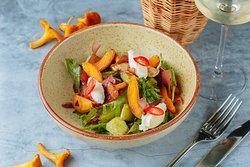Ассорти салатных листьев, лисички, обжаренные с чесноком, цуккини-гриль, абрикос, бастурма, сливочный сыр, подкопченный на вишнёвой стружке и горчично-ореховая заправка