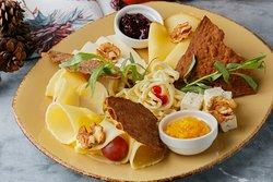 арелка из 5 видов  грузинских сыров: сулугуни (обычного и копченого), имеретинского сыра, чечил, имеретинского с зеленью и паприкой, сервируется  виноградом, тархуном  и зеленью