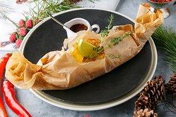 Филе морского окуня в пергаменте с цукини, паприкой, томатами и луком-пореем