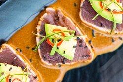 Tataki de atún, salsa oriental, kiuri, ají limo y palta