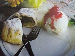 Strudel de manzanas tibio con bocha de helado 🍦