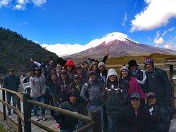 En el área de la laguna y de fondo el volcán Cotopaxi