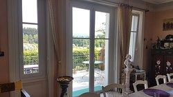 Une terrasse est à votre disposition pour manger au soleil au petit-déjeuner, déjeuner ou dîner.
