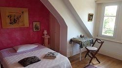 Chaque chambre est équipé de mobilier pour le rangement, le travail ou toutes activités à votre convenance.