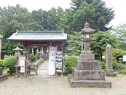 臼杵護国神社の入口の小さい門、社号標、灯籠
